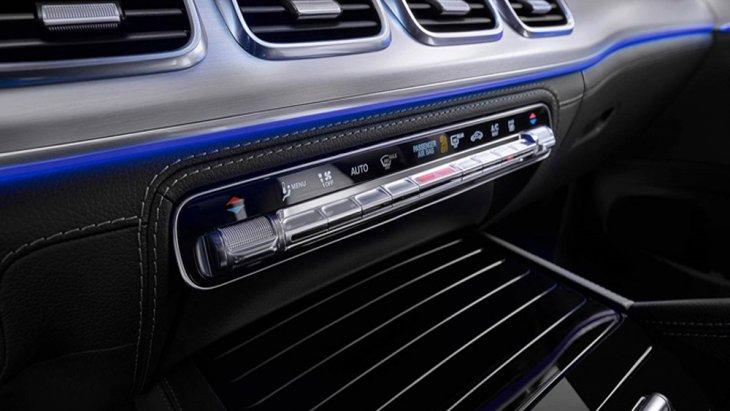 Mercedes-Benz GLE โฉมใหม่ 2019 มาพร้อมกับช่องปรับอากาศที่ถูกนำมาติดตั้งไว้จำนวน 4 ช่องเรียงกันตกแต่งด้วยวัสดุสีเงินเพิ่มความสะดุดตาได้เป็นอย่างดี