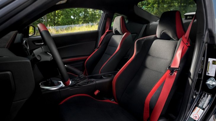 ภายในห้องโดยสาร TOYOTA 86 TRD (2019) ใส่ความเป็นสปอร์ตมาแบบเต็มๆ ด้วยการออกแบบและตกแต่งด้วยโทรสีดำตัดกับสีแดง เบาะนั่งหุ้มด้วยผ้าสีดำตกแต่งด้วยแถบผ้าสีแดง