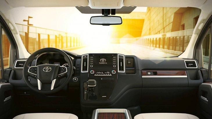 ภายในห้องโดยสารติดตั้งเบาะนั่งผู้ขับขี่ปรับด้วยไฟฟ้า พร้อม ระบบอินโฟเทนเม้นท์หน้าจอสัมผัส พร้อมพอร์ต USB จำนวน 4 ช่อง จอภาพขนาด 7 นิ้วพร้อมระบบไร้สายบลูทูธ