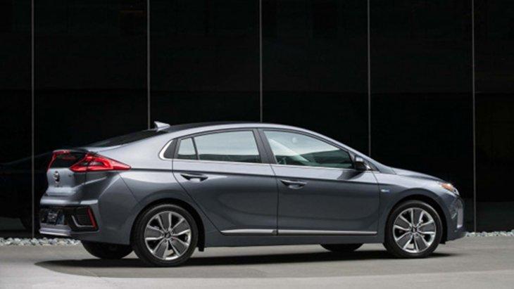 Hyundai Ioniq Electric สร้างความสะดวกสบายในสไตล์รถ EV ผ่านกระจกมองข้างพร้อมไฟเลี้ยวปรับพับได้ด้วยไฟฟ้า พร้อมไฟส่องพื้นที่กระจกมองข้างและไฟส่องมือเปิดประตูภายนอกคู่หน้า