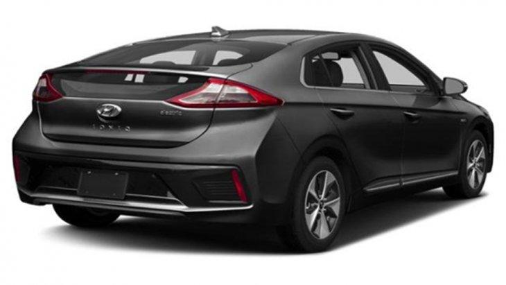 ด้านหลัง Hyundai Ioniq Electric ได้รับการติดตั้งสปอยเลอร์แบบสปอร์ตพร้อมไฟเบรกดวงที่ 3 แบบ LED ไฟท้ายและไฟตัดหมอกด้านหลังก็เป็นแบบ LED ส่วนช่วงล่างได้รับการติดตั้งล้ออัลลอยขนาด 16 นิ้ว พร้อมยางขนาด 205/55 R16