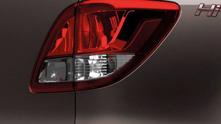 Mazda BT-50 PRO Double Cab พร้อมสะกดทุกสายตาด้วยไฟท้ายแบบ LED ที่สามารถให้แสงสว่างได้อย่างคมชัด เสริมด้วยการติดตั้งบันไดด้านข้างแบบโครเมียม ส่วนช่วงล่างได้รับการติดตั้งล้ออัลลอยขนาด 17 นิ้ว พร้อมยางขนาด 265/65 R17