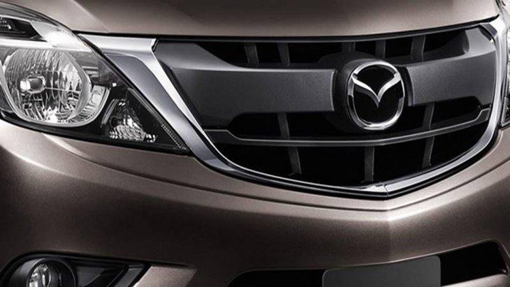 Mazda BT-50 PRO Double Cab Hi-Racer ได้รับการตกแต่งภายนอกอย่างโฉบเฉี่ยวด้วยกระจังหน้าแบบโครเมียมผสานกับการติดตั้งไฟหน้าแบบโปรเจคเตอร์ LED พร้อมระบบเปิด-ปิดไฟหน้าอัตโนมัติ