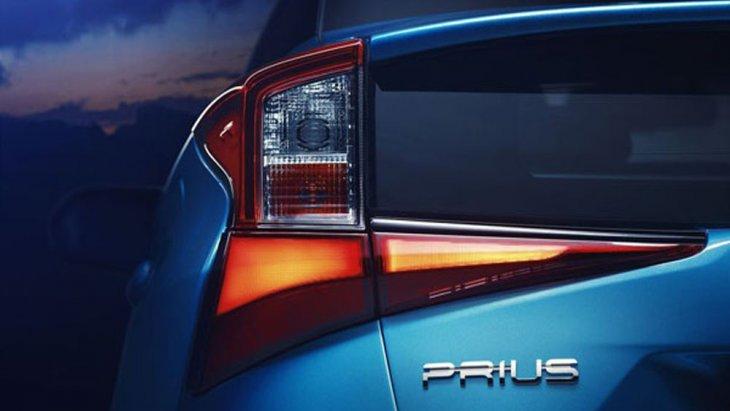 ด้านหลัง Toyota Prius Hybrid ได้รับการติดตั้งไฟท้ายทรงสี่เหลี่ยมคางหมูแบบ LED พร้อมไฟเบรกดวงที่ 3 แบบ LED เช่นเดียวกัน ช่างล่างได้รับการติดตั้งล้ออัลลอยทรงสปอร์ตขนาด 17 นิ้ว