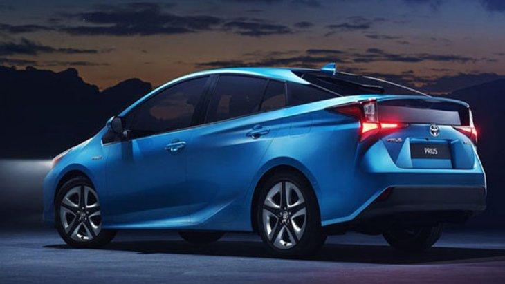 Toyota Prius Hybrid ได้รับการติดตั้งระบบไฟหน้าแบบ Bi-Beam LED ผสานกับการติดตั้งกันชนรอบคันสอดรับกับการดีไซน์เส้นสายบนตัวรถที่มุ่งเน้นให้มีความลู่ลมตามหลักอากาศพลศาสตร์