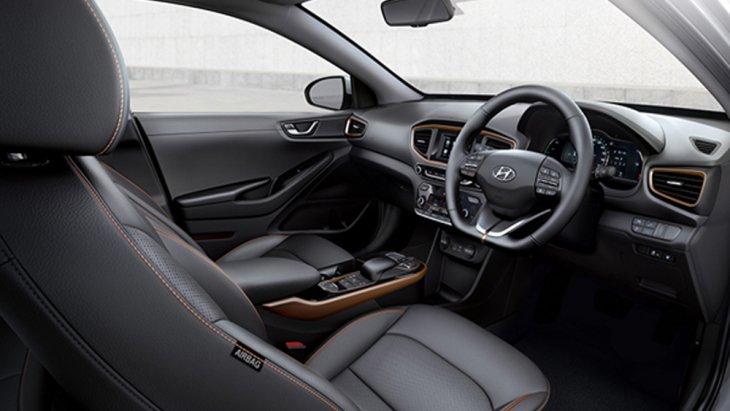 Hyundai Ioniq Electric ได้รับการตกแต่งภายในอย่างพิถีพิถันด้วยเฉดสีภายในโทนสีดำพร้อมวัสดุตกแต่งภายในโทนสีทองแดง เบาะนั่งหุ้มด้วยหนัง โดยเบาะนั่งคนขับปรับไฟฟ้าได้ 8 ทิศทางและยังได้รับการติดตั้งระบบ Easy Access