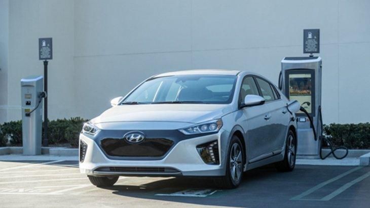 Hyundai Ioniq Electric ล้ำหน้าด้วยการติดตั้งเทคโนโลยี Plug-in Hybrid ช่วยให้ผู้ขับขี่สามารถเสียบชาร์จแบตเตอรี่ได้ทั้งจากไฟบ้าน และ สถานีบริการชาร์จไฟที่มีอยู่ทั่วไปโดยใช้ระยะเวลาในการชาร์จแบบเร่งด่วนเพียงแค่ 30 นาทีเท่านั้น