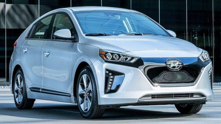 Hyundai Ioniq Electric เพิ่มความประทับใจให้แก่ผู้ขับขี่ผ่านการติดตั้งไฟหน้า Projector Lens แบบ LED พร้อมไฟส่องสว่างสำหรับการขับขี่กลางวันแบบ DRL ไฟหรี่ ไฟต่ำ ไฟสูงและไฟเลี้ยวแบบ Full LED รวมไปถึงกระจังหน้าแบบไร้ช่องลม