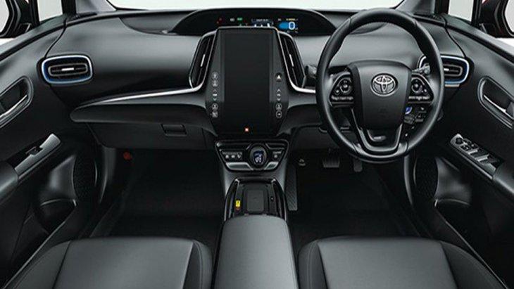Toyota Prius Hybrid ได้รับการติดตั้งเบาะนั่งหุ้มด้วยหนังเพิ่มความหรูหราให้แก่ภายในห้องโดยสารได้เป็นอย่างดีพร้อมด้วยการติดตั้งพวงมาลัยมัลติฟังก์ชั่นและระบบควบคุมการขับขี่อัตโนมัติ Cruise Control
