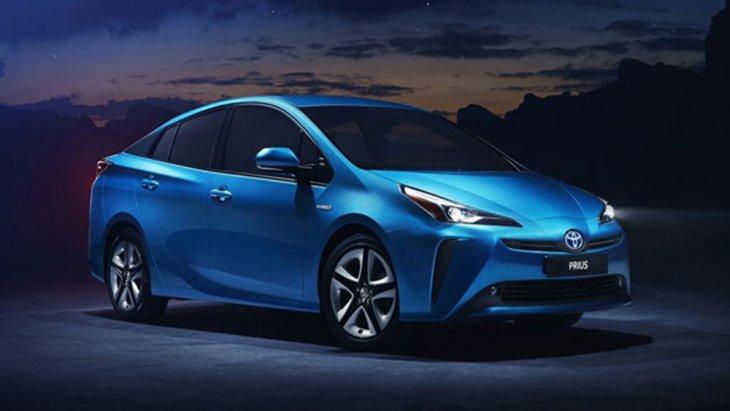 Toyota Prius Hybrid ได้รับการพัฒนาขึ้นภายใต้โครงสร้าง TNGA GA-C ที่สามารถช่วยเพิ่มสมรรถนะในการขับขี่ได้เป็นอย่างดีด้วยจุดศูนย์ถ่วงตัวถังที่ต่ำทำให้สามารถทำการขับขี่ได้อย่างสมบูรณ์แบบมากยิ่งขึ้น