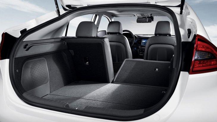 Hyundai Ioniq Electric ได้รับการดีไซน์ให้เบาะนั่งด้านหลังสามารถปรับพับได้เพื่อรองรับกับการบรรทุกสัมภาระเพิ่มเติมอีกทั้งยังเพิ่มพื้นที่จัดเก็บสัมภาระด้านหลังให้กว้างมากยิ่งขึ้น