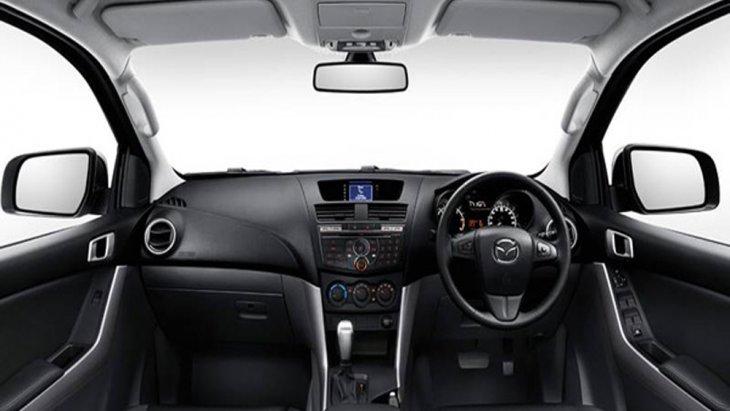 Mazda BT-50 Pro Double Cab ตกแต่งภายในอย่างประณีต โดยเบาะนั่งฝั่งคนขับสามารถปรับได้ 4 ทิศทางพร้อมระบบผลักดันหลัง Lumbar Support เบาะนั่งผู้โดยสารด้านหน้าสามารถปรับเอนได้และพนักพิงศีรษะปรับสูง-ต่ำได้