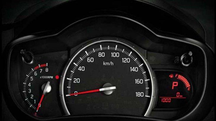 Suzuki Celerio ได้รับการติดตั้งหน้าจอแสดงผลข้อมูลการขับขี่พร้อมมาตรวัดอัตราการสิ้นเปลืองน้ำมัน นาฬิกาดิจิตอล และ มาตรวัดระยะการเดินทาง ไฟสัญญาณเตือนการลืมคาดเข็มขัดนิรภัย เสียงสัญญาณเตือนเปิดไฟหน้าค้างรวมถึงการลืมกุญแจ