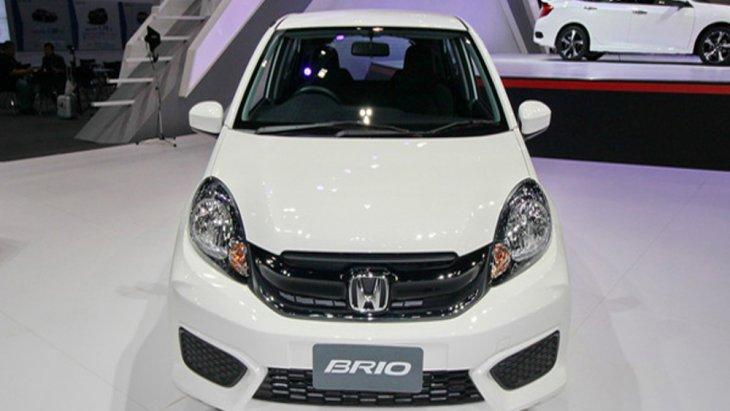 Honda Brio ตอบโจทย์รถอีโคคาร์ 5 ประตูสุดหรูมาพร้อมกับการติดตั้งไฟหน้าแบบมัลติรีเฟลกเตอร์ที่สามารถให้แสงสว่างได้อย่างคมชัดพร้อมกระจังหน้าแบบดำเงา กันชนหน้าและหลังสีเดียวกับตัวรถ