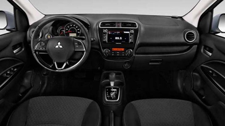 Mitsubishi Mirage ได้รับการตกแต่งภายในอย่างพิถีพิถันด้วยห้องโดยสารโทนสีดำพร้อมวัสดุหุ้มหนังและเปียโนแบล็ค เบาะนั่งหุ้มด้วยหนัง บริเวณแผงประตูตกแต่งด้วยวัสดุสีดำ