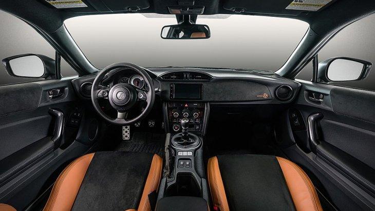 ส่วนภายในของ Toyota 86  Hakone Edition 2020 และ Toyota 86 GT British Green Limited 2020 ก็เหมือนกันทุกประการ เบาะหุ้มอัลคันทารา ตัดกับหนังสีแทนในส่วนของปีกเบาะแผงประตู แผงหน้าปัด ตกแต่งด้วยอัลคันทาราตัดกับหนังสีแทนในส่วนของปีกเบาะ