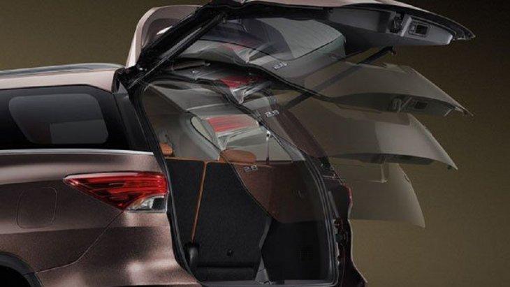 ประตูท้ายรถสามารถเปิด-ปิดได้อย่างสะดวกด้วยระบบไฟฟ้า พร้อมระบบป้องกันการหนีบ (Power Bleck Door with Jam Protection)