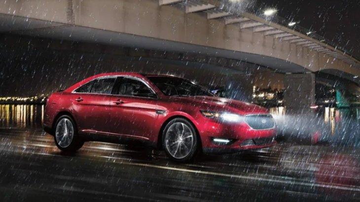 Ford Taurus 2019 มาพร้อมกับระบบขับเคลื่อนสี่ล้อ เซ็นเซอร์ AWD อัจฉริยะที่เสริมสร้างความสมดุลของแรงบิดระหว่างล้อหน้าและล้อหลังเพื่อเพิ่มการยึดเกาะถนนได้อย่างดีเยี่ยม พร้อมลุยทุกสภาพถนน
