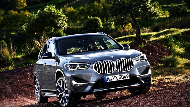 BMW X1 รุ่นปรับโฉมใหม่มาพร้อมมาสดใหม่ที่หรูหราด้วยกระจังหน้าไตคู่แบบชิ้นเดียวขนาดใหญ่ที่ทั้ง 2 ส่วนของกระจังเชื่อมต่อกันเหมือนกับที่ BMW ใช้ในรถรุ่นใหม่ๆ