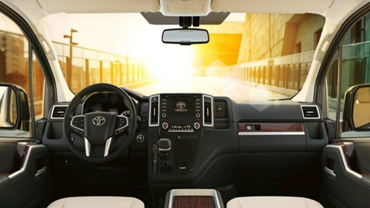 ส่วนภายใน Toyota Granvia 2020 ได้รับการปรับโฉมให้ดูสปอร์ตสบายตามากยิ่งขึ้นผ่านเฉดสีตกแต่งภายในโทนสีเบจพร้อมห้องโดยสารขนาดใหญ่ที่สามารถรองรับกับผู้โดยสารได้เป็นจำนวนมากรวมถึงไฟเพิ่มบรรยากาศภายในห้องโดยสารแบบ Ambient Light