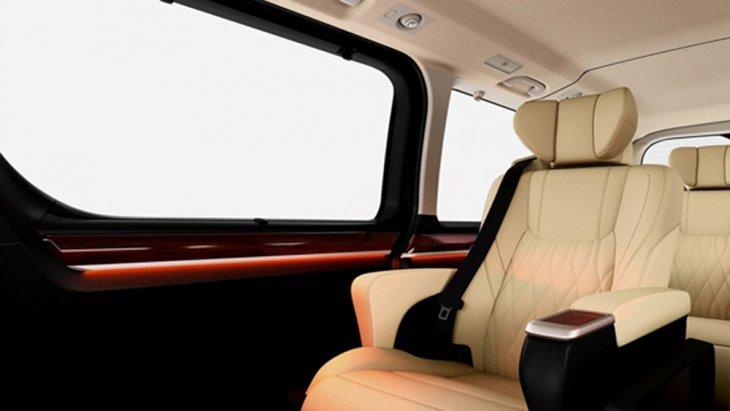 Toyota Granvia 2020 ได้รับการติดตั้งเบาะนั่งหุ้มด้วยหนังแท้ลาย Diamond สีครีมจำนวน 8 ที่นั่ง เบาะนั่งในแถวที่ 2 เป็นรูปแบบ Captain Seat ที่แยกอิสระออกจากกันและเบาะนั่งแถวที่ 3 ถูกติดตั้งมาให้จำนวน 4 ที่นั่ง