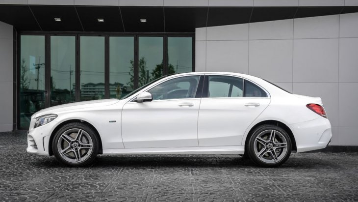 Mercedes-Benz C 300 e AMG Dynamic พร้อมสะกดทุกสายตาผ่านการดีไซน์เส้นสายรอบคันที่สปอร์ตโฉบเฉี่ยวโดยบริเวณด้านข้างได้รับการติดตั้งสเกิร์ตข้างแบบ AMG Bodystyling