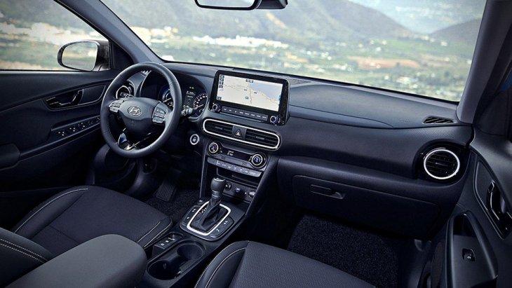ภายใน Hyundai Kona Hybrid 2019 ได้รับการออกแบบอย่างพิถีพิถันด้วยเฉดสีตกแต่งภายในโทนสีดำ เบาะนั่งหุ้มด้วยหนังแท้เดินตะเข็บด้วยด้ายสีขาว ช่องแอร์ตกแต่งด้วยกรอบโครเมียม คอนโซลหน้าได้รับการตกแต่งด้วยวัสดุสีดำ