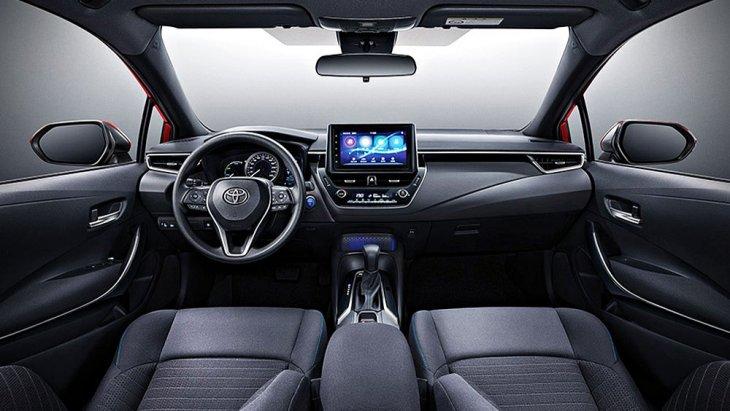 Toyota Levin Hybrid 2019 ได้รับการตกแต่งภายในด้วยโทนสีดำ คอนโซลหน้าตกแต่งด้วยสีดำ เบาะนั่งภายในหุ้มด้วยหนัง มือจับประตูภายในแบบโครเมียม