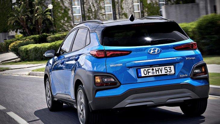 Hyundai Kona Hybrid 2019 มีรูปร่างหน้าตาที่ไม่ได้เปลี่ยนแปลงไปจาก Hyundai Kona ในรุ่นปกติแต่อย่างใด อย่างไรก็ตามยังคงมีความแตกต่างอยู่ตรงที่การดีไซน์ด้านหลังให้โฉบเฉี่ยวมากยิ่งขึ้นภายใต้การติดตั้งสปอยเลอร์ด้านหลังทรงสปอร์ต