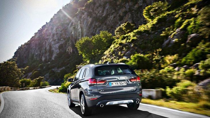 BMW X1 2019 ได้รับการติดตั้งท่อไอเสียแบบคู่แต่ถูกปรับให้ปลายท่อไอเสียมีขนาดที่ใหญ่มากยิ่งขึ้นจากขนาด 70 มิลลิเมตร เป็นขนาด 90 มิลลิเมตร รวมถึงชายกันชนหลังที่ถูกปรับให้ใช้สีเดียวกันกับตัวรถ