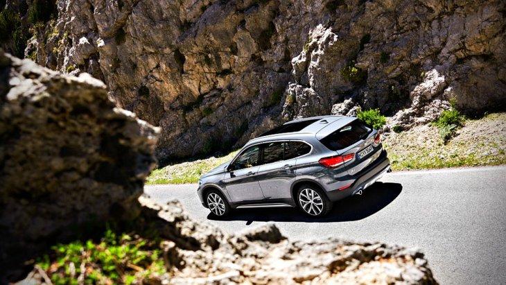 BMW X1 2019 พร้อมลุยในทุกเส้นทางผ่านการติดตั้งระบบขับเคลื่อนแบบ 4 ล้อ 4WD ส่วนช่วงล่างได้รับการติดตั้งล้ออัลลอยขนาด 18 นิ้ว และ 19 นิ้ว