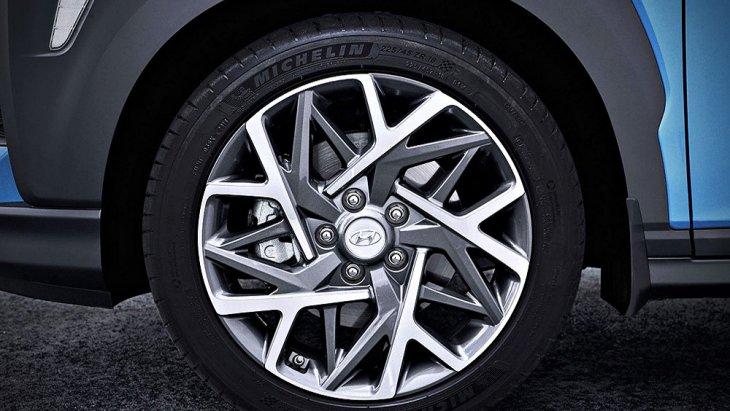 Hyundai Kona Hybrid 2019 เพิ่มความประทับใจมากยิ่งขึ้นด้วยการติดตั้งไฟท้ายแบบ LED พร้อมไฟเบรกดวงที่ 3 แบบ LED ส่วนช่วงล่างได้รับการติดตั้งล้ออัลลอยดีไซน์สปอร์ต