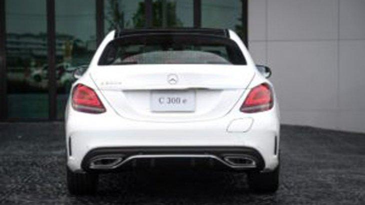 Mercedes-Benz C 300 e AMG Dynamic ได้รับการติดตั้งไฟท้ายแบบ LED ไฟเบรกดวงที่ 3 แบบ LED ท่อไอเสียแบบคู่ ล้ออัลลอยดีไซน์สปอร์ตจาก AMG แบบ 5 ก้านคู่ ขนาด 18 นิ้ว
