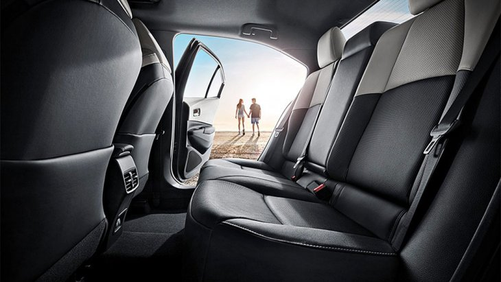 Toyota Levin Hybrid 2019 ติดตั้งเบาะนั่งด้านหลังหุ้มด้วยหนังแบบทูโทนสีเทา-ดำพร้อมพนักพิงศีรษะ