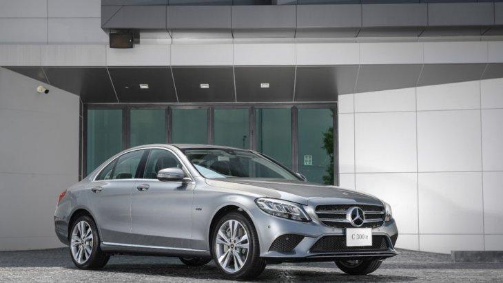 Mercedes-Benz C 300 e Avantgarde เพิ่มความประทับใจเข้ากับการดีไซน์ภายนอกได้อย่างลงตัวเรียกความสนใจจากแฟนคลับเบนซ์ที่ชื่นชอบรถในกลุ่ม C-Class ที่มาพร้อมกับความหรูหราน่าขับขี่