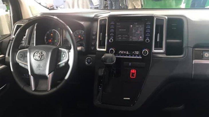 Toyota Granvia 2020 เพิ่มความสะดวกสบายให้แก่ผู้ขับขี่ผ่านประตูสไลด์ไฟฟ้าในทั้ง 2 ด้านพร้อมปุ่มควบคุมที่ตำแหน่งคนขับ หน้าจอระบบสัมผัสพร้อมปุ่มควบคุมเครื่องเสียงที่พวงมาลัย ช่องเสียบ USB จำนวน 4 ช่อง และ ติดตั้งลำโพงมาให้จำนวน 12 จุดรอบห้องโดยสาร
