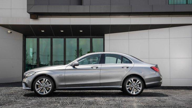 Mercedes-Benz C 300 e Avantgarde ได้รับการดีไซน์ด้านข้างด้วยเส้นสายที่สื่อถึงความสปอร์ตประสานเข้ากับความทันสมัยได้อย่างน่าประทับใจ กระจกมองข้างพร้อมไฟเลี้ยวในตัวปรับและพับได้ด้วยไฟฟ้า