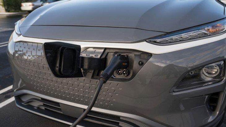 Hyundai Kona Hybrid 2019 สามารถทำความเร็วได้สูงสุดถึง 160 กม./ชม. อัตราเร่งจาก 0-100 กม./ชม. ภายใน 11.2-11.6 วินาที อีกทั้งยังชาร์จไฟด้วยกระแสไฟบ้านโดยใช้ระยะเวลาในการเสียบชาร์จอย่างรวดเร็วได้อีกด้วย
