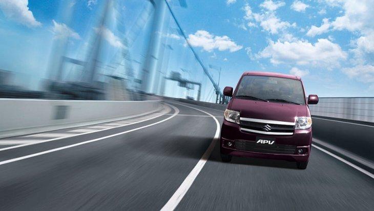 SUZUKI APV มาพร้อมกับกันชนหน้าที่มีความหนาและบังโคลนหน้าบานใหญ่เป็นพิเศษ เพื่อช่วยเพิ่มสมรรถนะในการยึดเกาะถนนได้ดีขึ้น