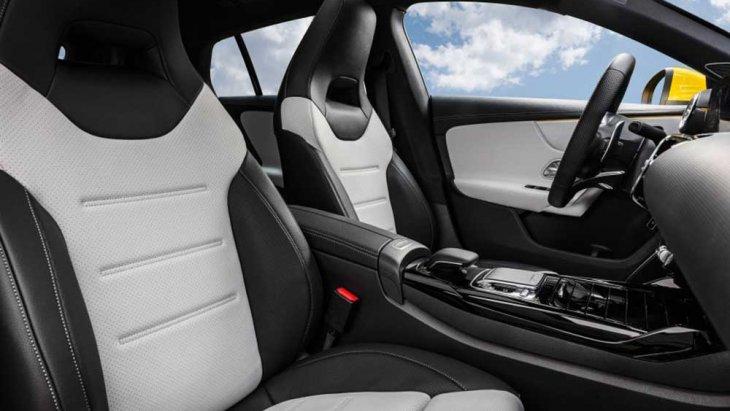 ภายในภายในห้องโดยสารของ Mercedes-AMG CLA 35 Shooting Brake เน้นการใช้หนังสีทูโทนพร้อมกับใช้สีดำเงาและสีเมทัลลิกในการแต่ง