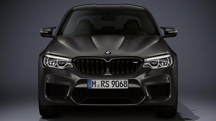 BMW M5 35 Year Edition มาพร้อมกับเฉดสีพิเศษ BMW Individual Frozen Dark Grey II แบบเมทัลลิกซึ่งมีขั้นตอนการพ่นแบบพิเศษมีความเงางามเป็นอย่างมาก
