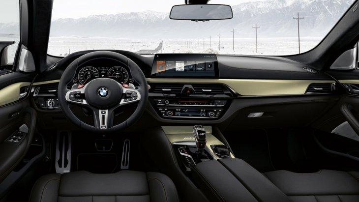 BMW M5 35 Year Edition มาพร้อมกับการตกแต่งภายในอย่างประณีตด้วยโทนสีดำ คอนโซลหน้าตกแต่งด้วยสีทูโทนดำ-ทอง