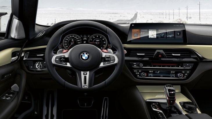 BMW M5 35 Year Edition ได้รับการติดตั้งพวงมาลัยมัลติฟังก์ชั่นแบบ 3 ก้าน พร้อมแป้นเปลี่ยนเกียร์ที่พวงมาลัยแบบ Paddle Shift