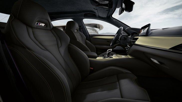 BMW M5 35 Year Edition ได้รับการติดตั้งเบาะนั่งภายในหุ้มด้วยหนังแท้สีดำเย็บเก็บตะเข็บด้วยด้ายสีเบจ
