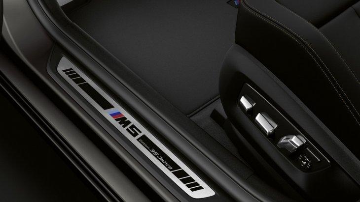 BMW M5 35 Year Edition เพิ่มความมีเอกลักษณ์เฉพาะตัวด้วยสคัพเพลทที่มาพร้อมกับสีโครเมียมและสัญลักษณ์เฉพาะรุ่น M5