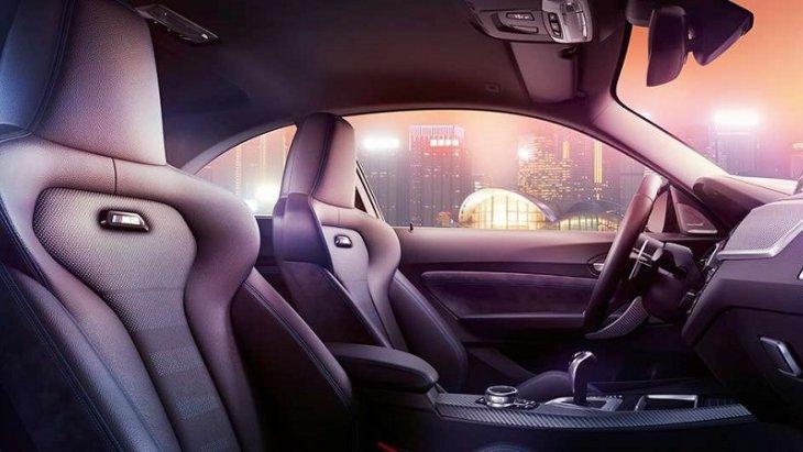 ภายในห้องโดยสาร BMW M2 Competition กว้างขวาง โอ่อ่า เบาะนั่งแบบ M Sport หุ้มด้วยหนัง Dakota สีดำติดโลโก้ M2 เรืองแสงที่พนักพิงหลัง