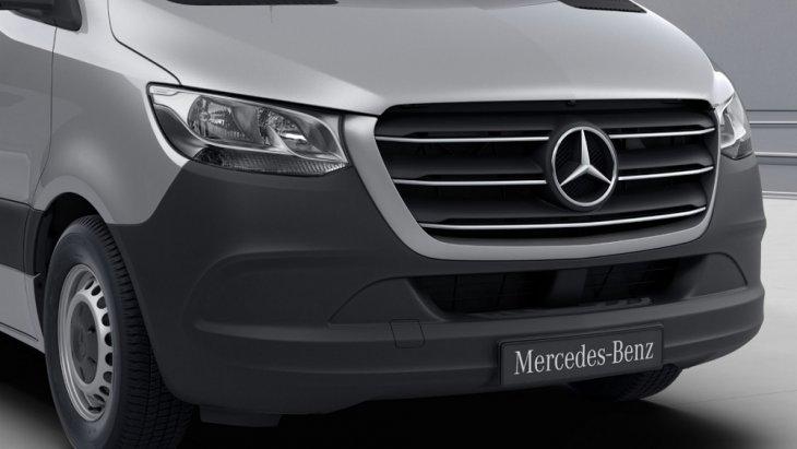 เพิ่มความแข็งแกร่งดุดันให้กับ MERCEDES-BENZ  SPRINTER 2019 ด้วยกระจังหน้าโครเมียมที่มาพร้อมกับขอบกระจังหน้าสีเดียวกับตัวรถ