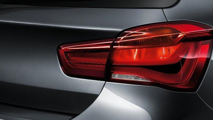ไฟท้ายแบบ LED รูปตัว L แบ่งออกเป็น 2 ส่วน คือส่วนที่อยู่บนตัวรถและส่วนที่อยู่บริเวณฝากระโปรงหลัง พร้อมไฟเบรกแบบไดนามิกจะกระพริบไฟหลายครั้งเมื่อเกิดการหยุดรถแบบกระทันหัน