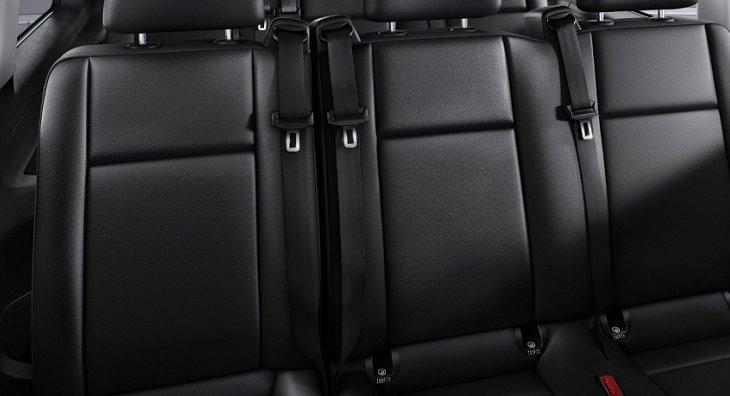 เบาะนั่งหุ้มด้วยหนังเทียมสีดำเกรดพรีเมี่ยม  และได้รับการออกแบบตามหลักสรีรศาสตร์ขั้นสูง เพื่อให้ทุกคนภายในห้องโดยสารนั่งสบายตลอดเส้นทางโดยไม่รู้สึกปวดเมื่อยแม้เดินทางไกล