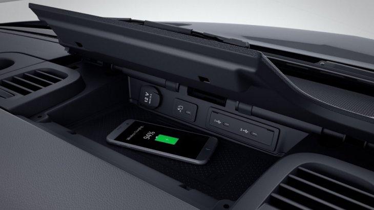 พื้นที่สำหรับชาร์ทโทรศัพท์มือถือแบบไร้สาย ซึ่งมีพื่นที่วางกว้างถึง 17 ซม.หรือ 6.7 นิ้ว และในขณะชาร์จสามารถโทรออกและรับสายได้ด้วยระบบ Bluetooth(R) hands-free